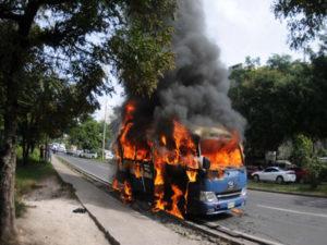 La quema de buses producto de la extorsión se ha puesto de moda en Honduras