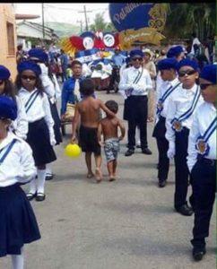Dos niños caminan desnudos y de espalda a los desfiles independentistas