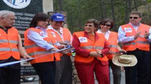 La exbajadora de los Estados Unidos, Lisa Kubiske y la exdesignada presidencial, cortan la cinta de inauguración de un tramo de la Carretera C-5, construida con fondos de la Cuenta del Milenio.
