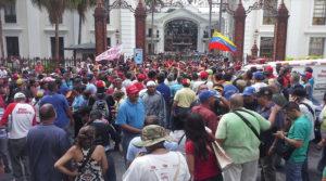 """Los """"chavistas"""" han salido a las calles y aseguran que defenderán su gobierno."""