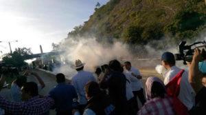 La imagen muestra cuando Zelaya llegaba y era recibido por las bombas lacrimógenas.