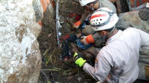 Los bomberos lograron sacar con vida a este menor de edad.