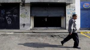 Un hombre camino por una las calles de Caracas.