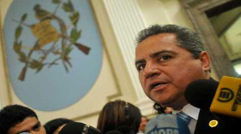 Tras enfrentarse con fiscales, se suicida exministro guatemalteco investigado por lavado de activos