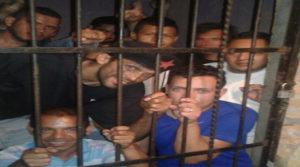 aqui estan los simpatizantes de libre detenidos en una posta policial. El de camiseta blanca a la derecha es Mario Suazo.