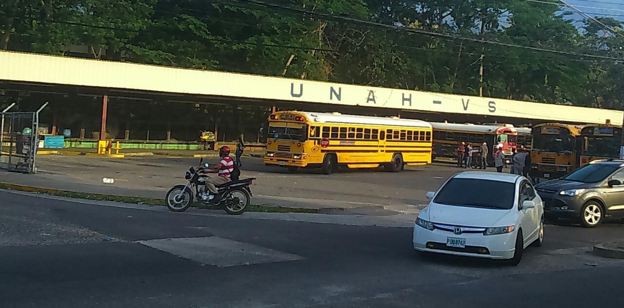 Estudiantes de Puerto Cortés cancelan transporte hacia la UNAH-VS