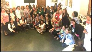 Xiomara Castro junto a las mujeres polìticas reunidas en Asunciòn.
