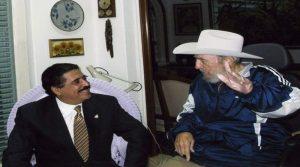 Fidel Castro con el expresidente Manuel Zelaya durante una visita de Estado