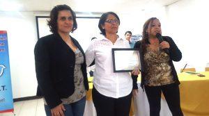 La maestra Aleyda Gonzales recibió reconocimiento por su importante labor en este proyecto