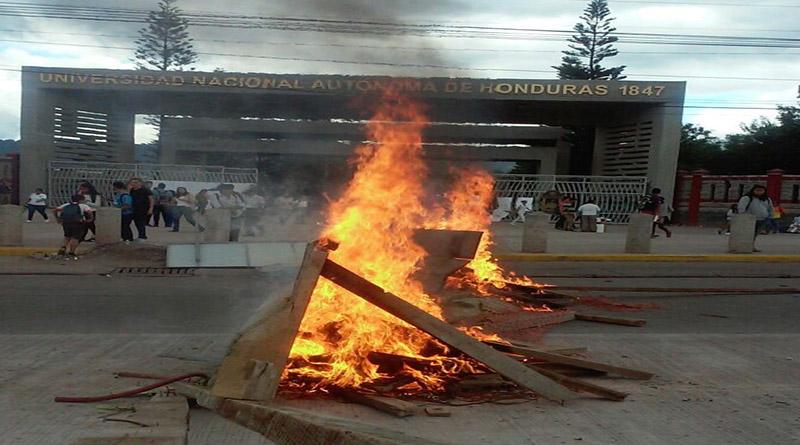 Universitarios se toman calles frente a la UNAH en protesta contra la reelección