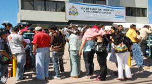 """Largas filas se hacen en Honduras en busca de una """"chambita"""""""