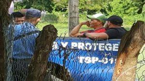 Los guardias platican plácidamente con los policías sin que estos intervengan