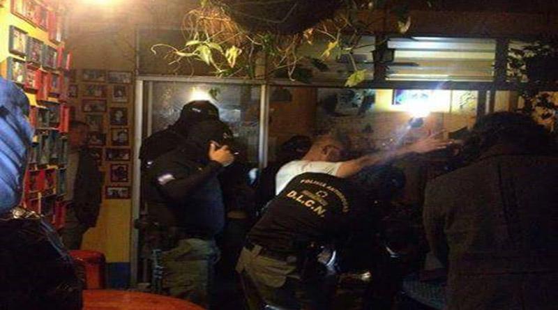 ¡Insólito! Policía Militar irrumpe en Librería y Café Paradiso