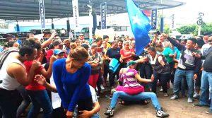 """Los nacionalistas se han mantenido en las afueras del TSE bailando al ritmo del """"perreo"""", demostrando una poca madurez polìtica."""