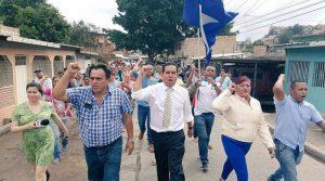 """Toño Rivera llegó acompañado de la """"mancha brava"""" de su partido"""