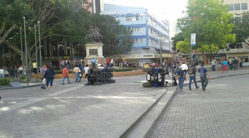 Un vendedor ambulante habría muerto y varios más resultaron heridos en enfrentamiento con policías municipales