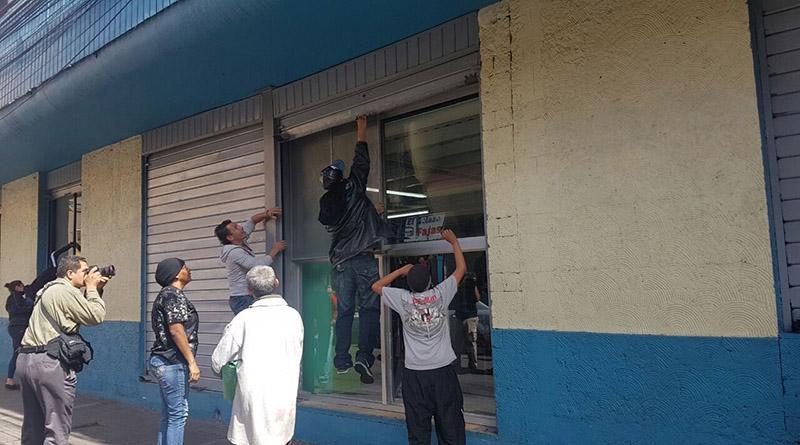 «Sí no pueden trabajar los pobres que no trabajen los ricos»: vendedores ambulantes