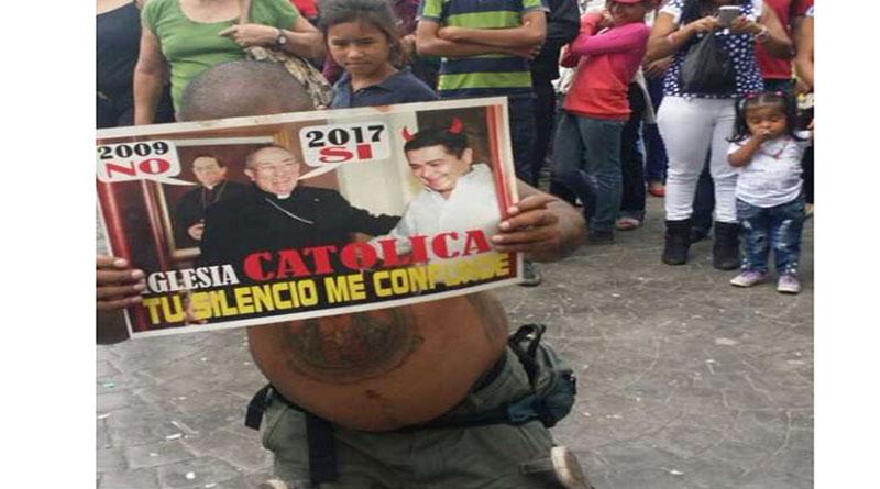 Hondureño protesta dentro de la Basílica de Suyapa en contra de la reelección de JOH