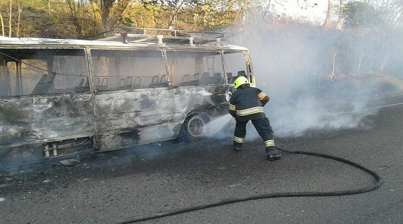 Autobus de pasajeros se quema por completo; no se reportan víctimas
