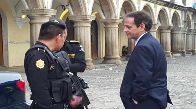 Diplomático de Honduras se orina en la Capitanía General de Guatemala (Vídeo)