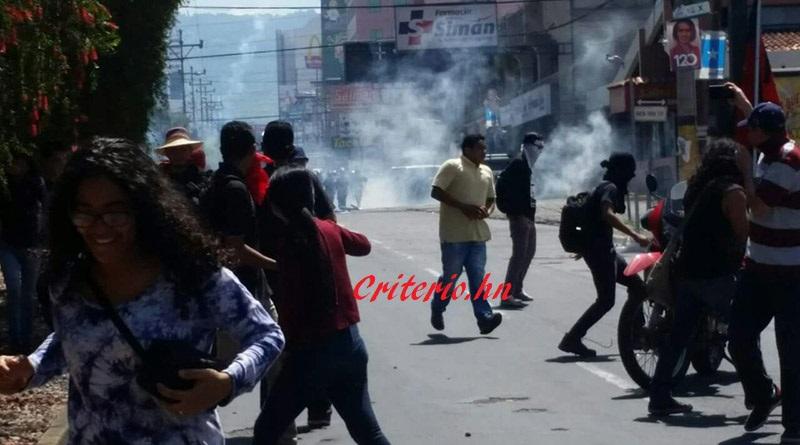 Policía hondureña reprime movilización de opositores