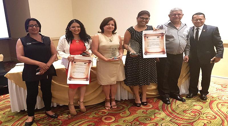 """""""Víctimas borradas"""", """"100 por asar a Berta"""" y """"Pobreza"""" los reportajes premiados por Pen Honduras"""