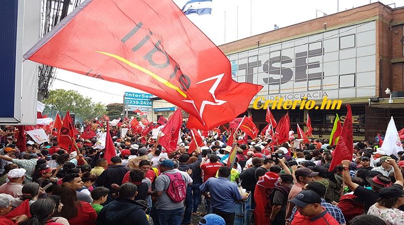 Alianza de Oposición se manifiesta frente al TSE celebrando triunfo de Salvador Nasralla (vídeo)