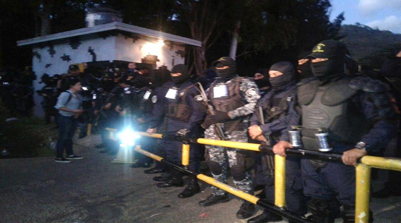 Policías en rebelión manifiestan que no reprimirán derecho del pueblo a la protesta