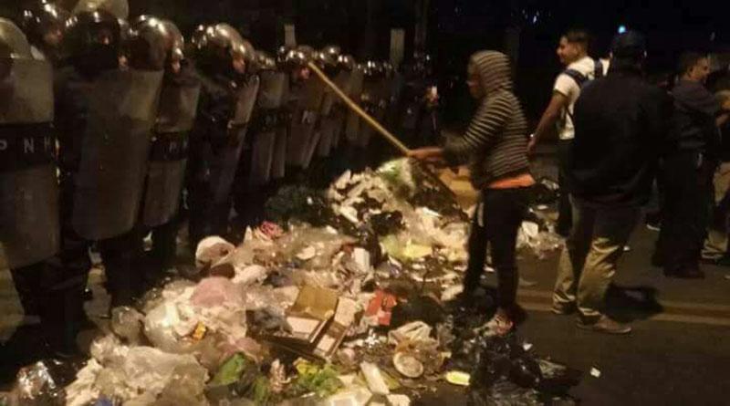 Indignados de Honduras tiran montaña de basura frente a la embajada de EE.UU.