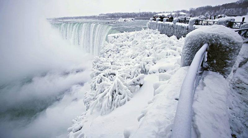Ola de frío congela las cataratas del Niágara