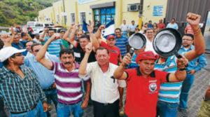 Empleados públicos organizados protestan
