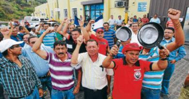 Empleados públicos organizados protestan por violaciones a sus derechos laborales