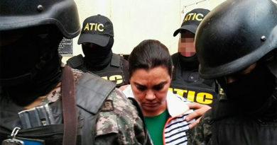 Juez decide que Rosa Elena Bonilla y compañía seguirán en la cárcel
