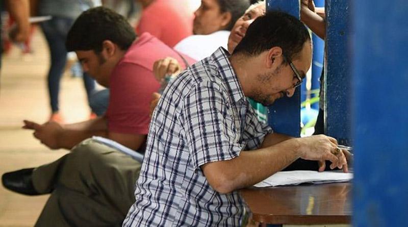 Nicaragüenses ponen al día sus pasaportes con miras a huir del país