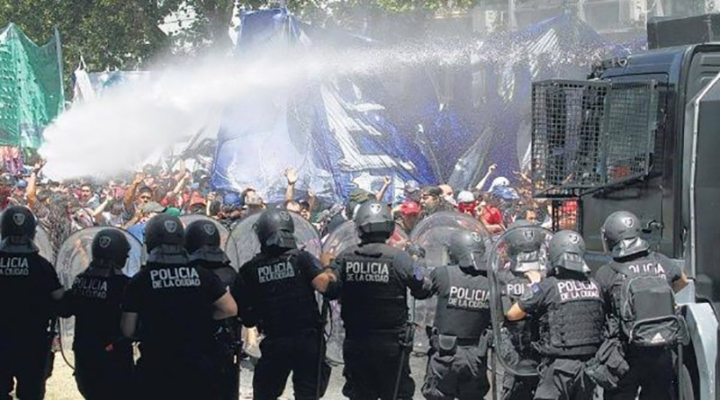 Policía Argentina reprime a las Abuelas de Plaza de Mayo