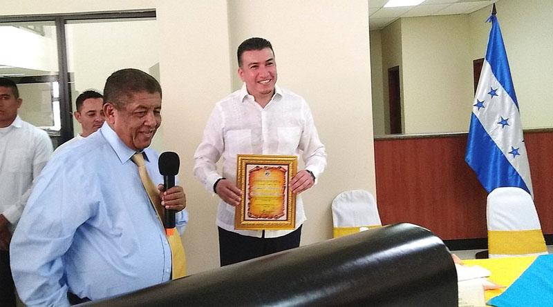 ¡Sólo en Honduras! Un funcionario público entrega reconocimiento al presidente de la Corte