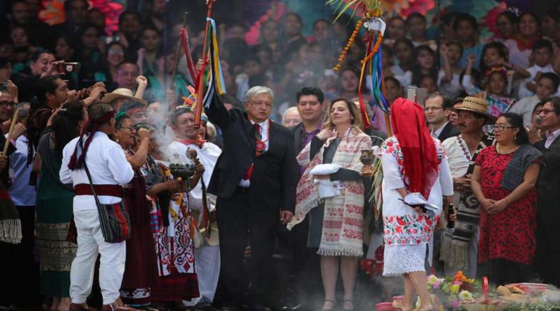 López Obrador recibe el Bastón de Mando en un ritual con los pueblos originarios