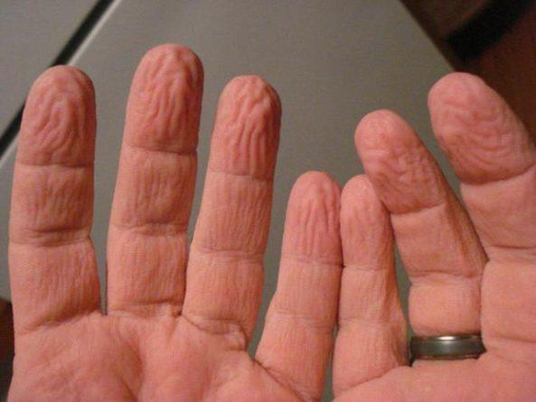 dedos en el agua