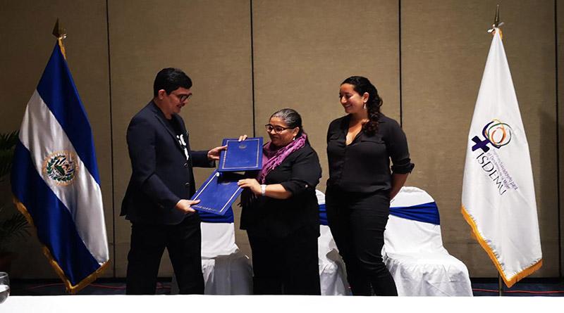 ISDEMU y Fundación Latitudes firman convenio para fortalecer programa de periodistas «Riesgo Cruzado»