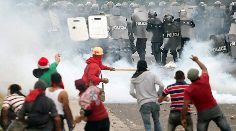 Exigen sanción para policías y militares agresores de protestantes por el fraude electoral