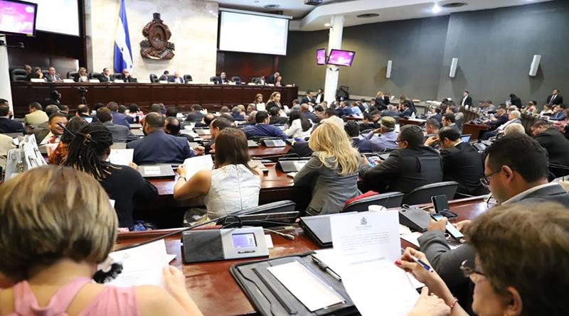 Nombra comisión legislativa