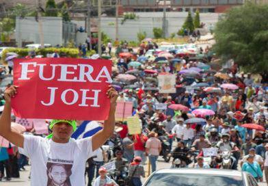 En gigantesca protesta, hondureños exigen la salida de Hernández por vínculos con el narco
