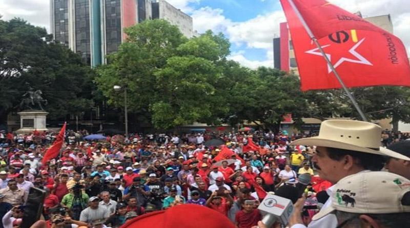 Mel Zelaya lanza reto a oposición para construir unidad