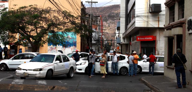 Entre taxis, caos y protestas