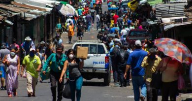 Responsabilizándolos del repunte en contagios, gobierno cierra seis mercados capitalinos