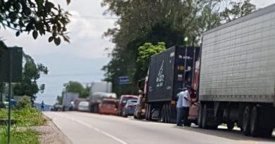 Transportistas se toman carreteras ante incumplimiento del gobierno