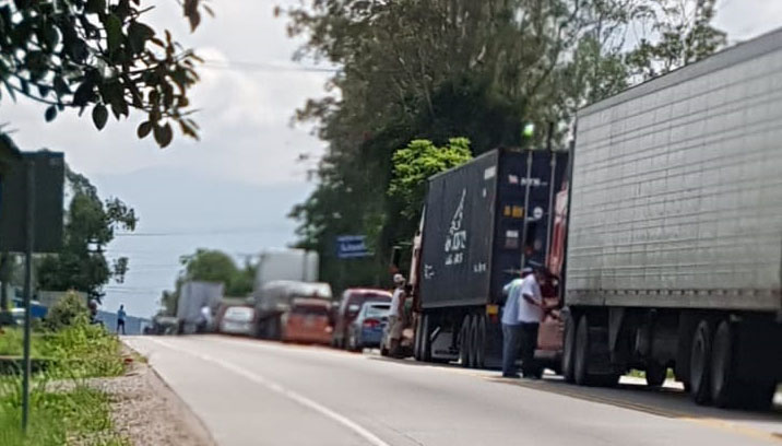 Transportistas se toman carreteras