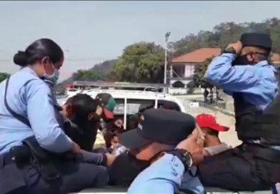 Policía hondureña detienen a caravana de migrantes
