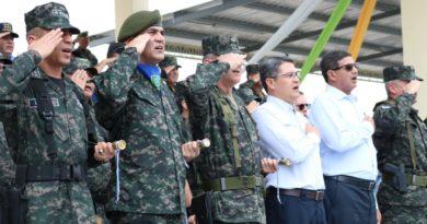 Presidente de Honduras se refugia entre las estrellas de generales