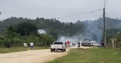 Nuevamente policías de Honduras lanzan bombas lacrimógenas en interior de un bus